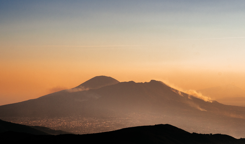 Eruzione dolosa: incendi sul Parco nazionale del Vesuvio