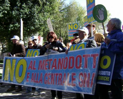 Manifestazione contro la centrale di compressione gas di Sulmona