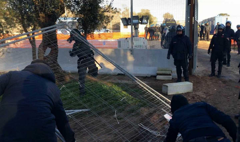 Momenti di tensione per gli scontri al cantiere No Tap