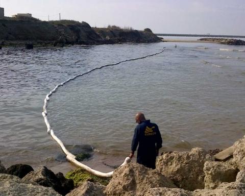 Disastro ambientale a Gela: operazioni di bonifica dopo lo sversamento in mare di idrocarburi dalla raffineria