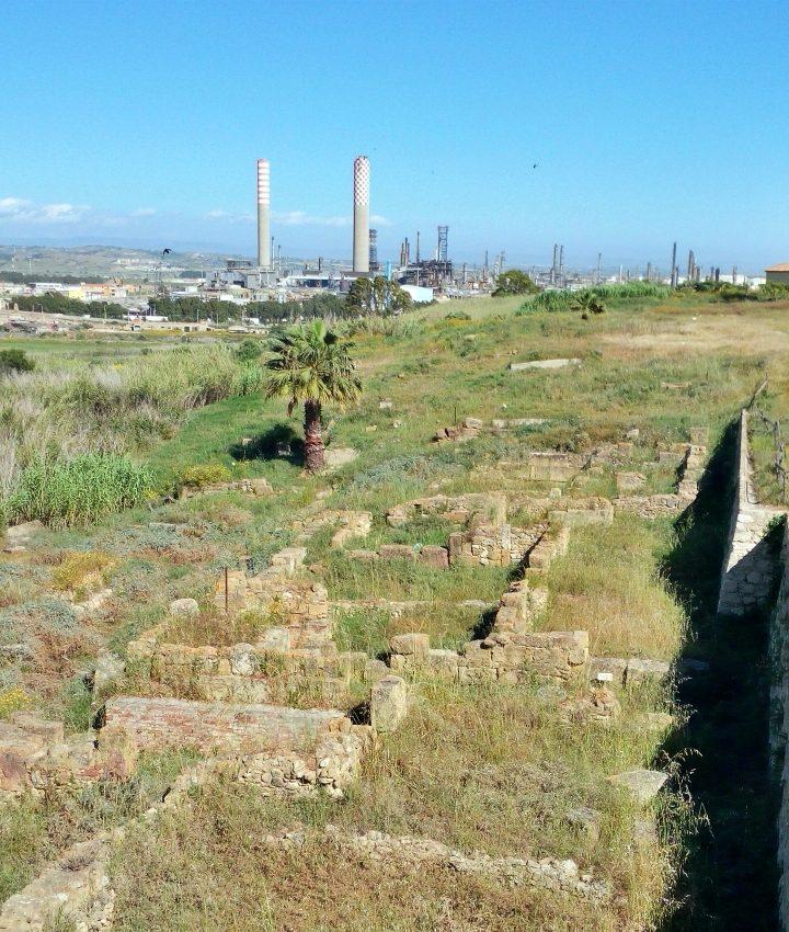 Gela e il verde già sbiadito della raffineria green