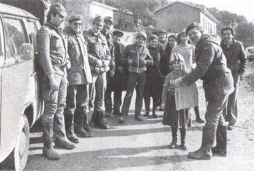 I volontari e una bambina terremotata (Teora, dicembre 1980)