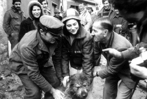 I volontari di Bergamo e un cagnolino (Lioni, dicembre 1980)