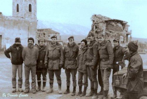 Gruppo di volontari in Piazza San Rocco a Lioni, 1980